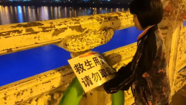 单亲妈妈带女儿自购游泳圈栓大桥上:希望救助更多落水者