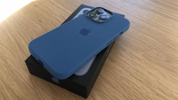 三里屯苹果店外顾客冒雨排队:iPhone 13发售日本用户也在排队