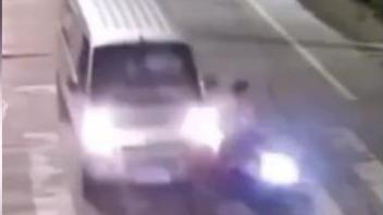 男子驾车时玩手机 撞车后吓得将手机甩飞