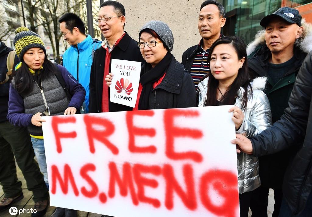 当地时间2018年12月10日上午10点,加拿大不列颠哥伦比亚省高等法院外面,有华人群众举起标语,要求释放孟晚舟女士。