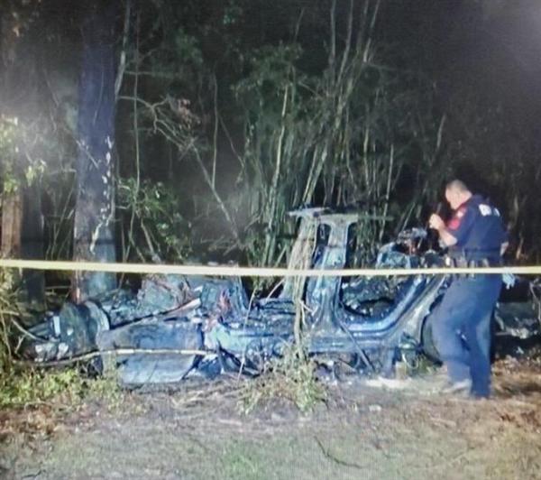 一特斯拉Model 3撞树起火 车上两乘客被烧身亡!官方调查