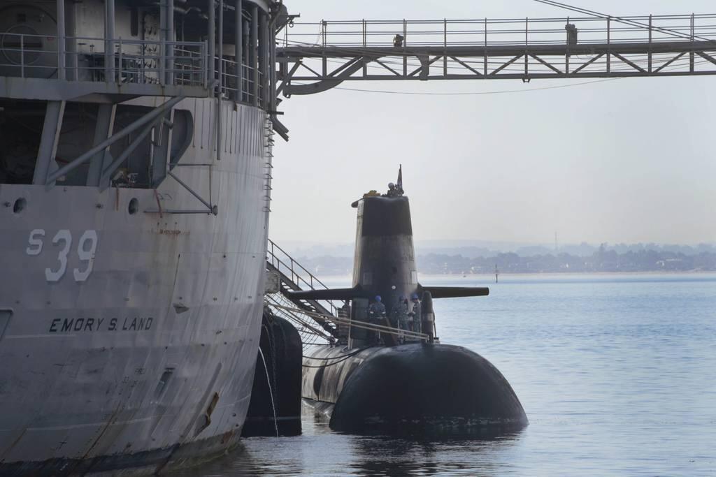 美国补给舰为澳大利亚潜艇提供补给