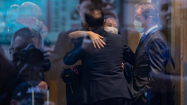 孟晚舟在登机口与友人相拥而泣 驻加使馆送行