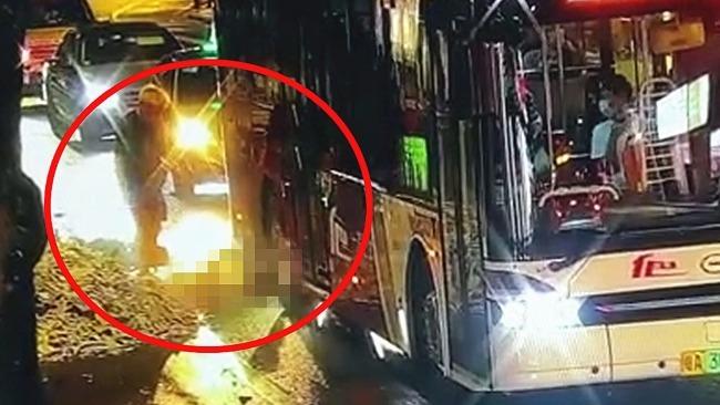 女子头部遭公交车碾压当场身亡 同行男子难以接受瞬间愣住了