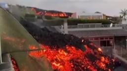 实拍火山喷发:可怕岩浆冲破围栏 吞噬房屋