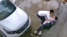妈妈下台阶滑倒瞬间紧抱怀中孩子