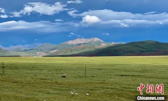 图为青海境内的草原。 李江宁 摄