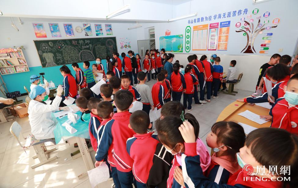 志愿者为孩子进行各项检查
