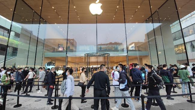 北京三里屯苹果店iPhone13发售现场:顾客冒雨排队
