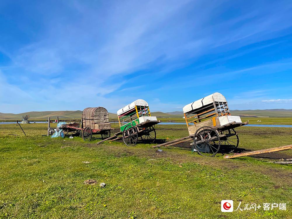 草原上的勒勒车。人民网记者董丝雨 摄