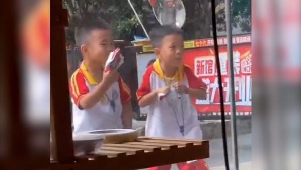 可可爱爱!小朋友路过一音乐培训班蹭鼓点跳舞
