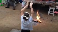 女孩在姥姥葬礼上含泪跪着跳舞