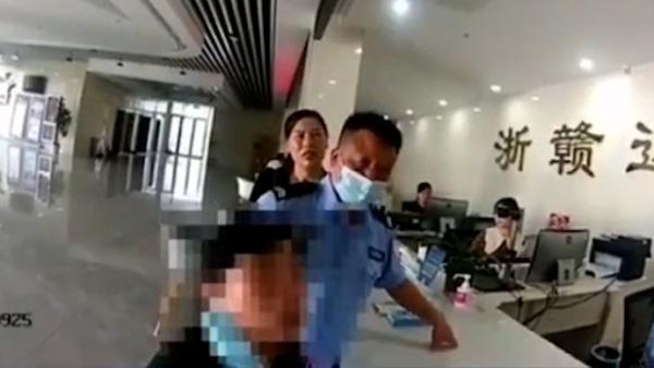 """女子持假身份证办事被发现辩称""""只是玩玩"""" 被拘留"""
