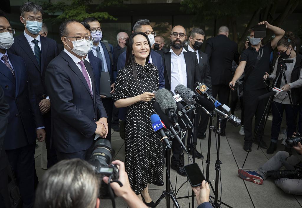 当地时间2021年9月24日,加拿大温哥华,华为首席财务官孟晚舟在法院外宣读声明。(人民视觉)