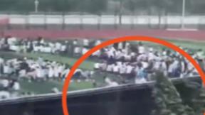 石家庄一高校背景板被吹飞砸向学生:校方回应