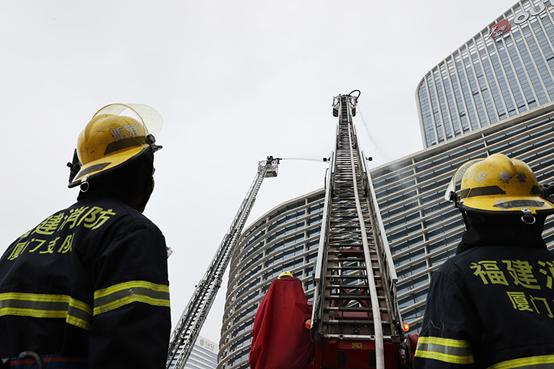 2021年4月29日,厦门市湖里区举行大型商业综合体灭火救援演练。图|人民视觉
