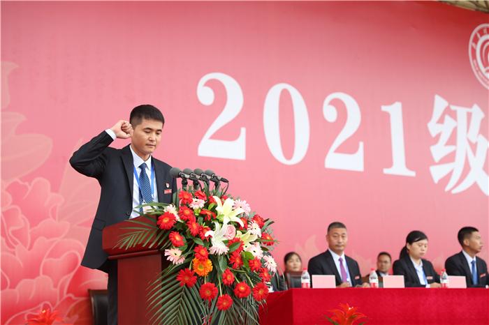 学团工作部部长王冲带领学生宣誓