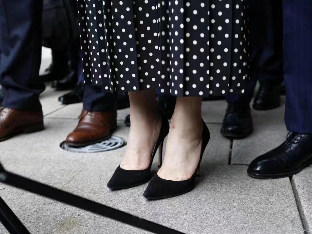 当地时间2021年9月24日,加拿大温哥华,孟晚舟在法院外对媒体讲话,电子脚镣已经解除,留下淤青。