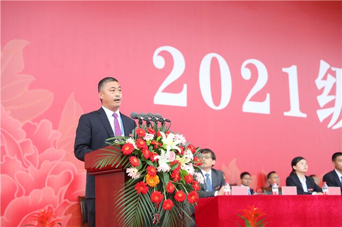 副校长赵庆勇宣读表彰2021级新生军政训练优秀学员、训练标兵、文体活动先进集体的决定