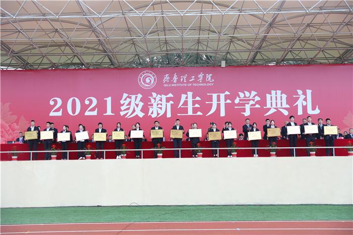 歌咏比赛、朗诵比赛、趣味运动会的获奖单位代表领奖