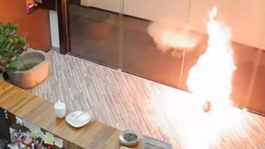未充电电瓶室内突发爆燃画面曝光:火花四溅 持续近4分钟