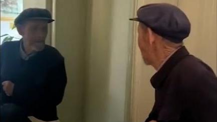 可爱又心酸!八旬老人被镜中自己挡路发小脾气