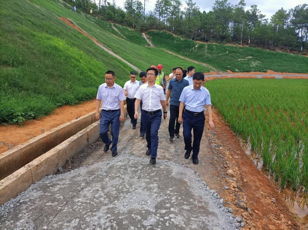 学校党委副书记、校长徐志峰一行在施工现场