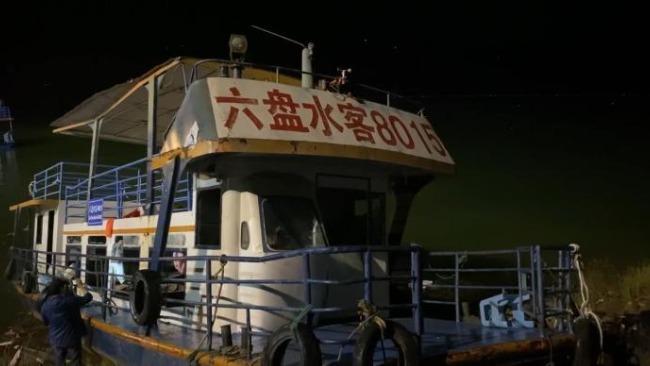贵州侧翻客船已拖至岸边 舱内大多设备已损坏