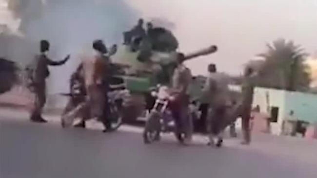 """外媒:苏丹发生""""未遂政变"""" 首都街道上出现坦克"""