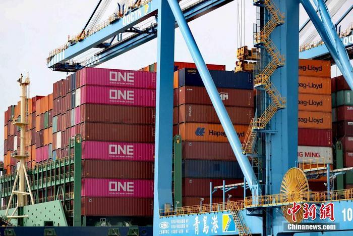 """资料图:山东港口青岛港自动化码头对""""地中海马汀娜""""轮进行卸货作业。张进刚 摄"""