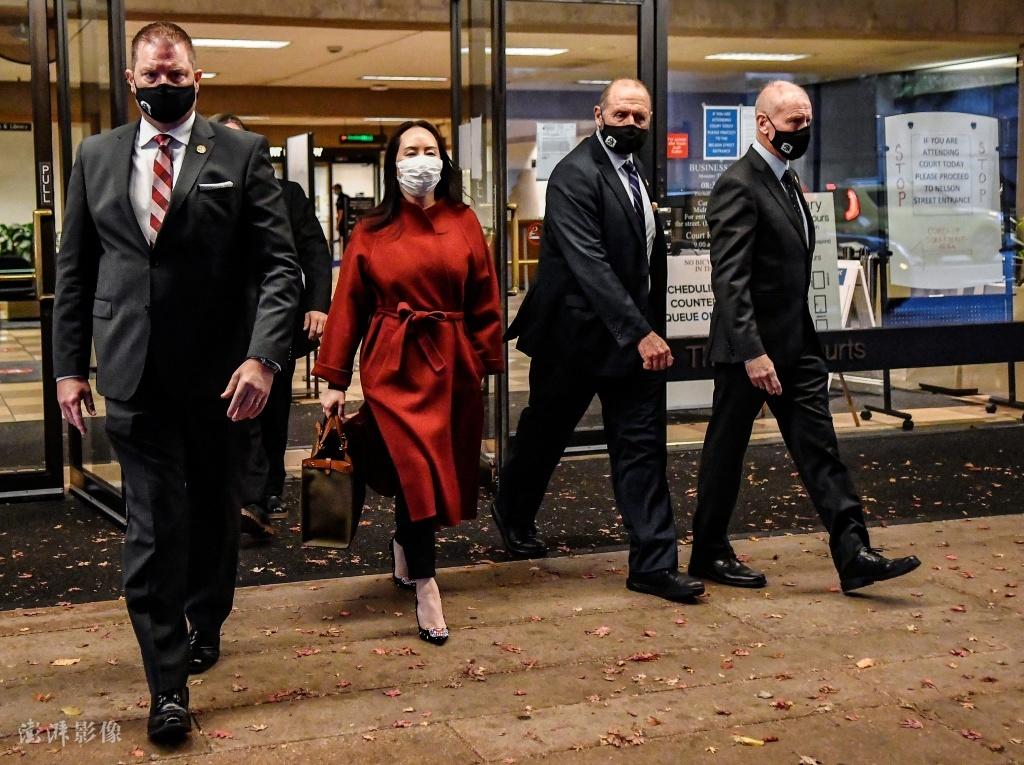 当地时间2020年11月17日,结束听证会,孟晚舟在安保人员的随同下离开加拿大温哥华不列颠哥伦比亚省高等法院。