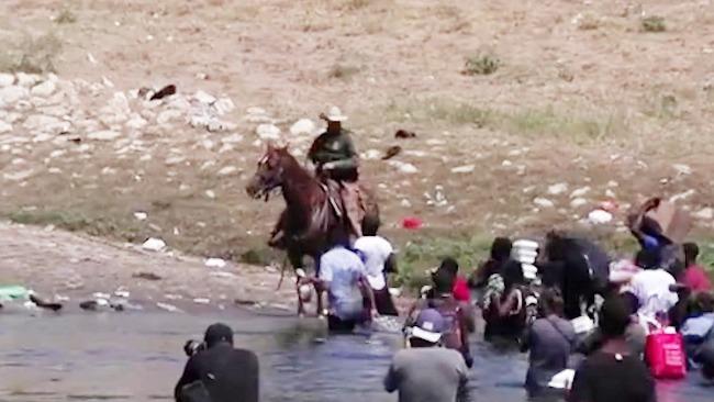 """""""滚回墨西哥"""" 美边境巡逻队骑马挥鞭驱赶非法移民"""