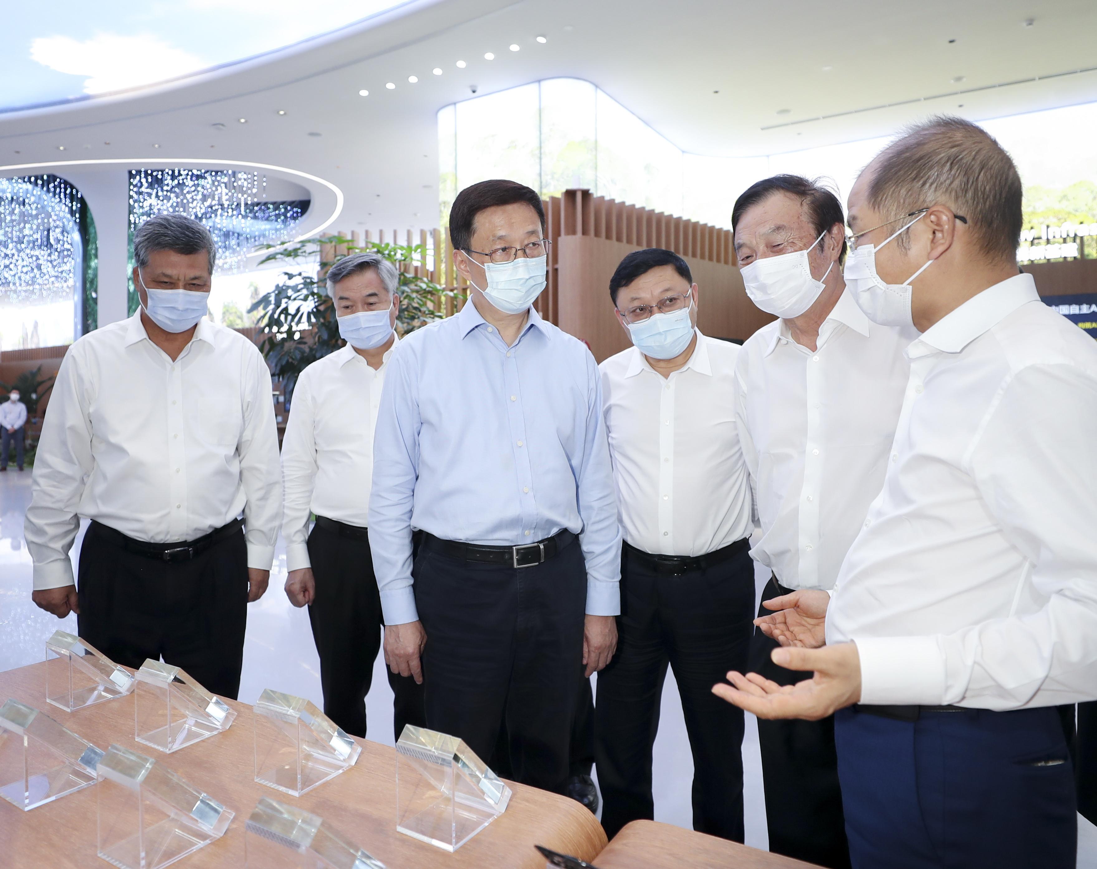 这是9月19日,韩正在深圳华为技术有限公司调研。 新华社记者 丁海涛 摄