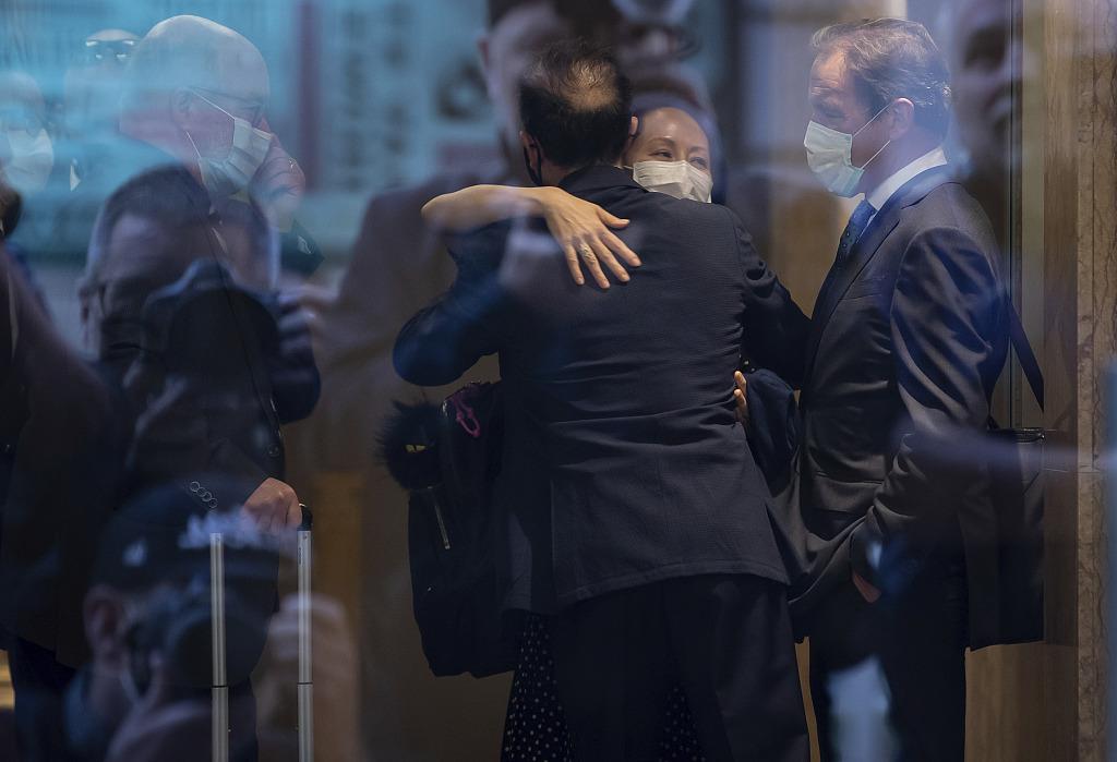 当地时间2021年9月24日,加拿大温哥华,获释后的孟晚舟拥抱律师。