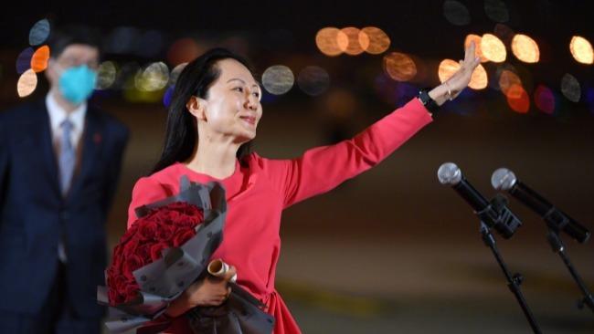 孟晚舟到达深圳机场向人群挥手
