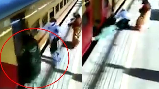 印度女子强行登上行驶火车被带倒卷入铁轨  监控曝光
