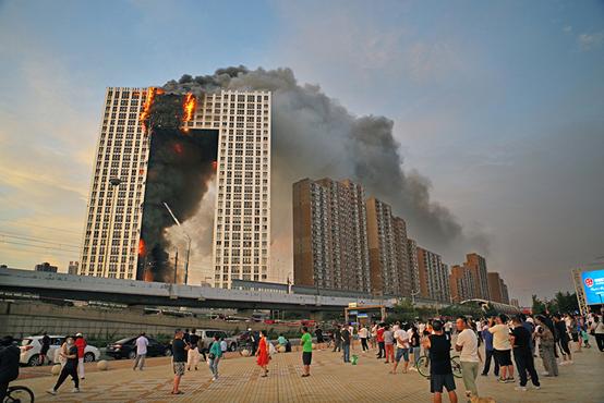 2021年8月27日,辽宁大连金普新区凯旋国际大厦发生火灾,现场浓烟滚滚。图|澎湃影像