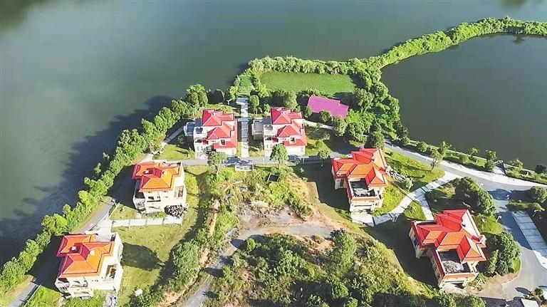 屹立在仙女湖边的私人别墅。 本报记者 付强摄