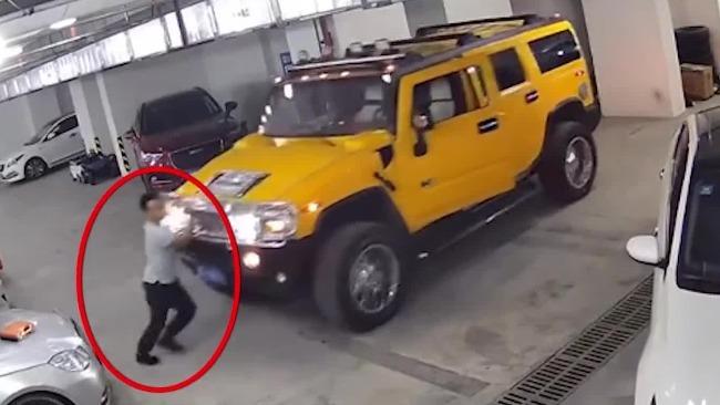 监拍惊险一幕:车辆维修中突然启动工人阻拦被挤压
