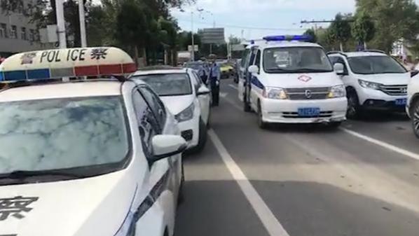 车辆被追尾一乘客突发心脏病 交警取药急救给救护车开道送医