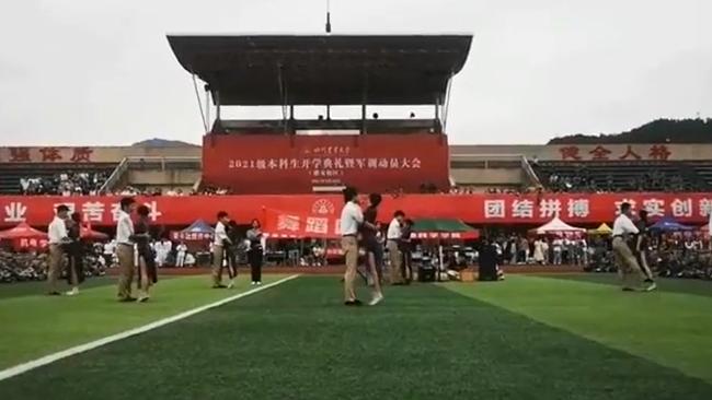 川农回应军训舞蹈表演争议:将认真吸取教训