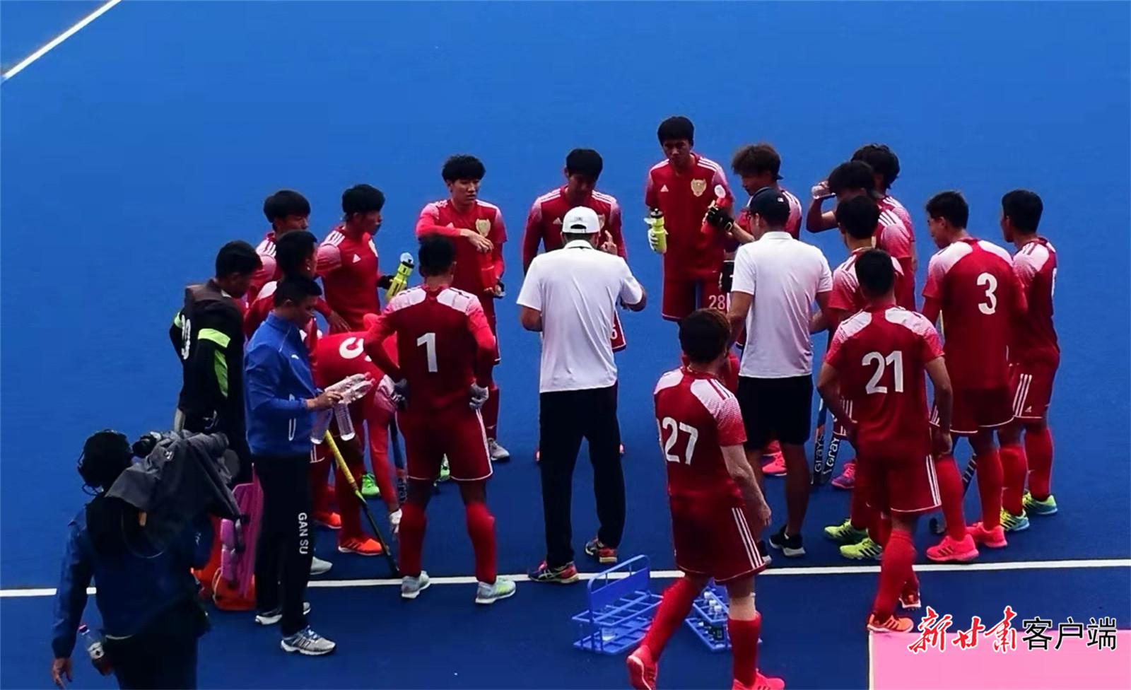 中场休息,甘肃队教练团队部署战术。
