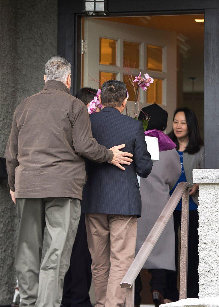 当地时间2018年12月12日,加拿大温哥华,获得保释后孟晚舟(右)在加拿大的住所。孟晚舟女士获得保释的条件包括:她丈夫和几位认识多年的朋友和邻居作为担保人,分别提供担保金。孟女士的保释金总额是1500万加元,包括房产和现金。同时,她要接受电子监控,并交出护照。除非紧急情况就医或出庭,否则不得离开居所。法庭传唤时应该到庭等。