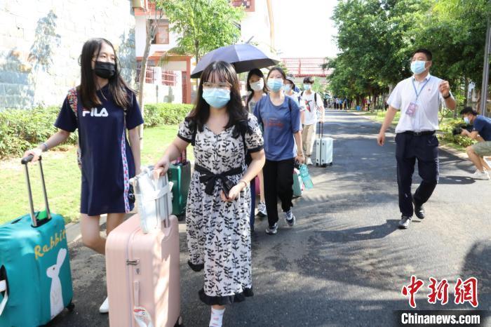 师生入住宿舍。 刘晓惠 摄