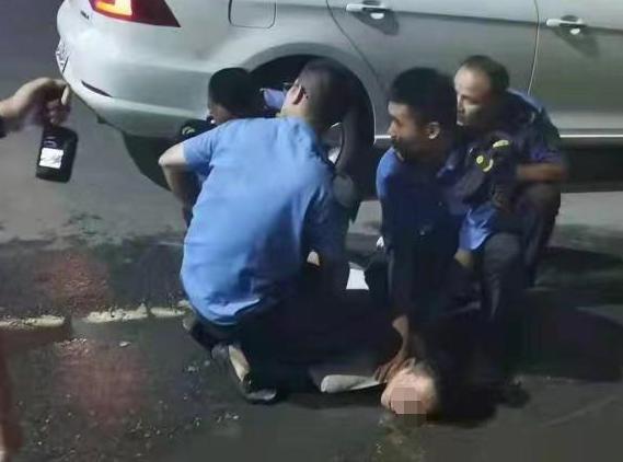 男子手持利器劫持一女子 南昌城管队员空手夺刃