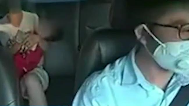 孩子发烧抽搐母亲着急大哭 出租车司机求助巡警开路