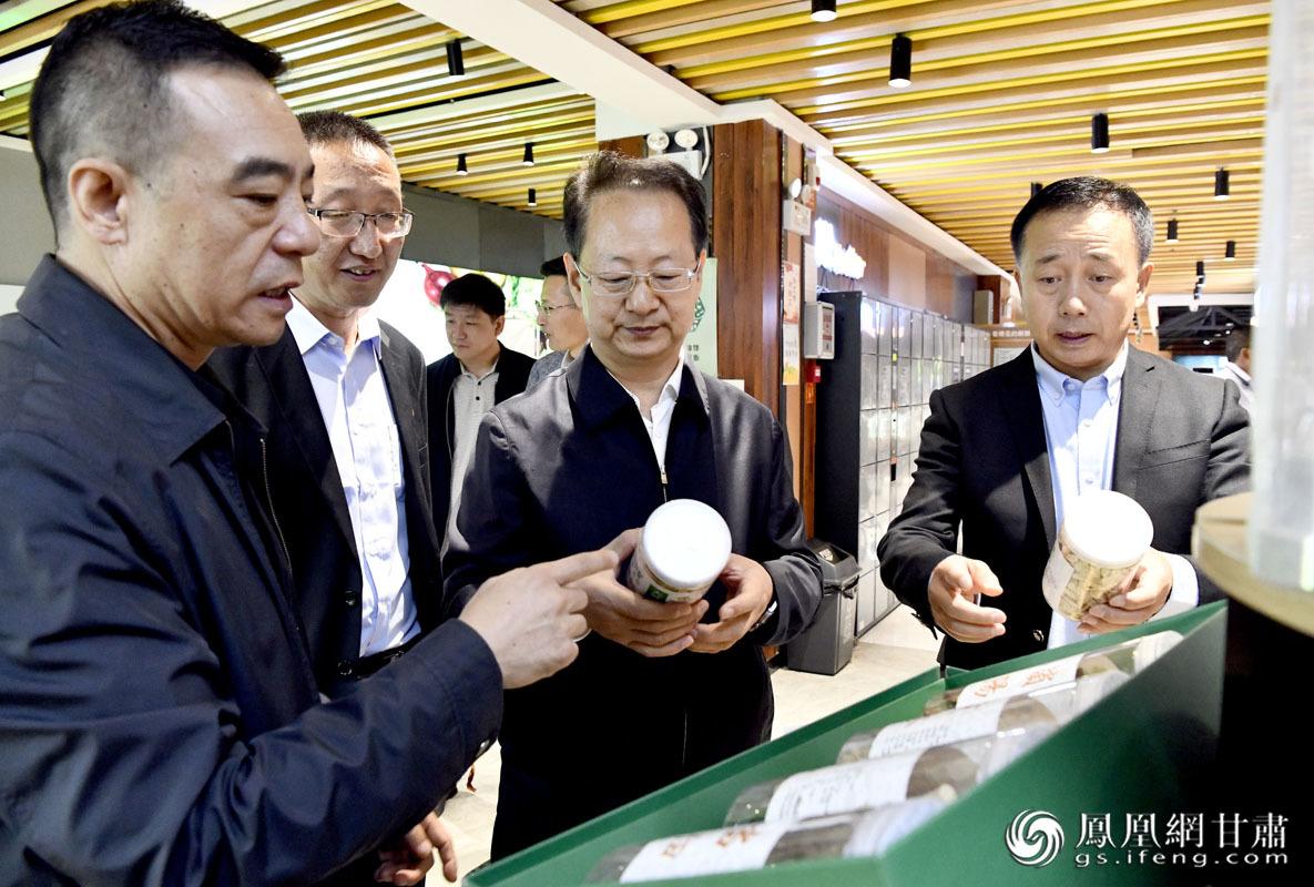 金达果蔬甘味农产品展销厅内,聚集着来自甘肃省内多个市州的农特产品。肖刚 摄