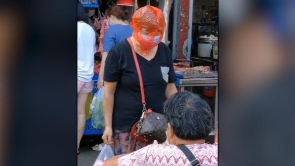 厦门大姐戴口罩头套塑料袋买菜,网友:好笑又心酸