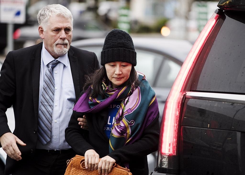 当地时间2018年12月12日,加拿大温哥华,在获准保释后华为CFO孟晚舟在安保陪同下出门。