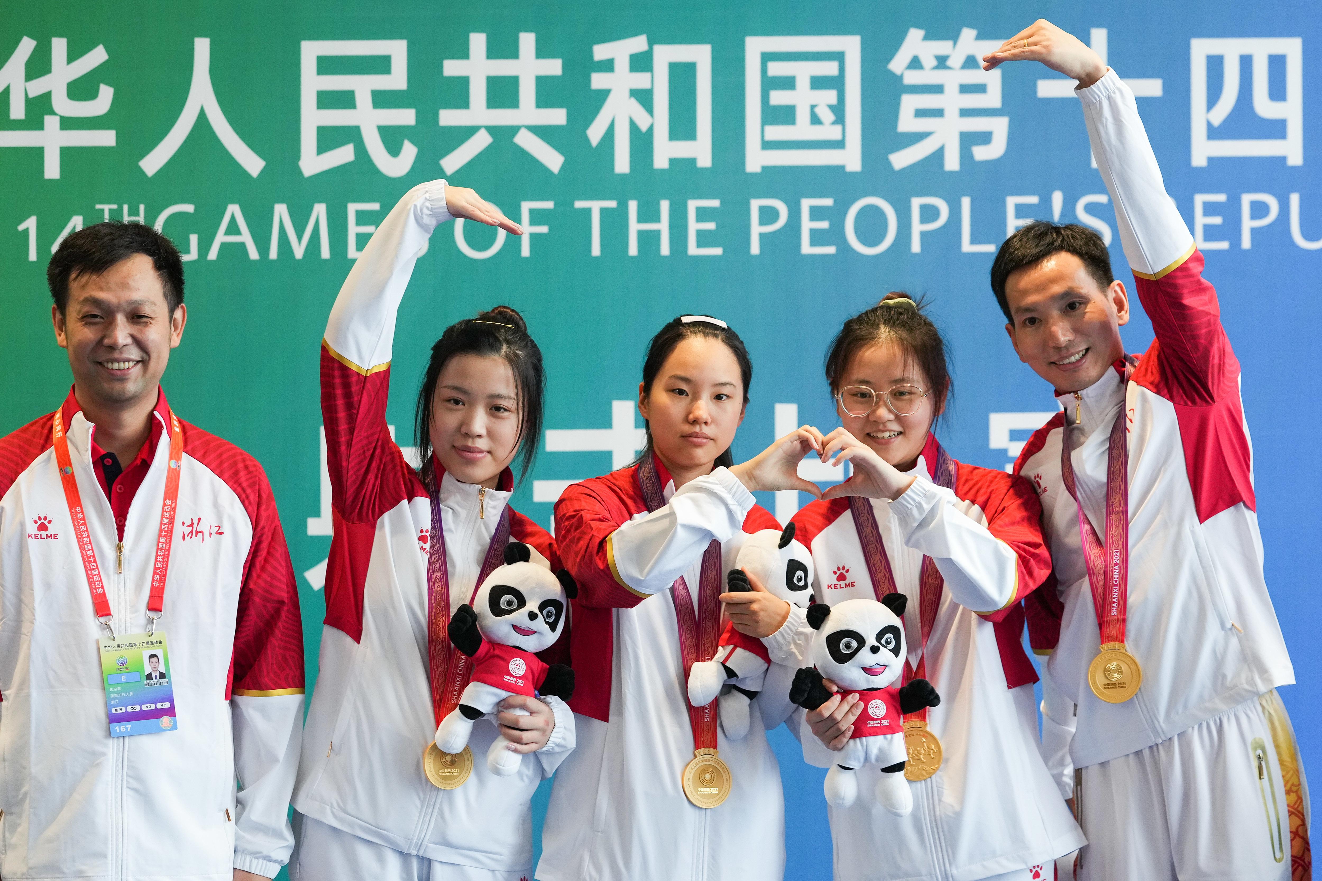 10米气步枪女子团体赛,杨倩和浙江队摘金。